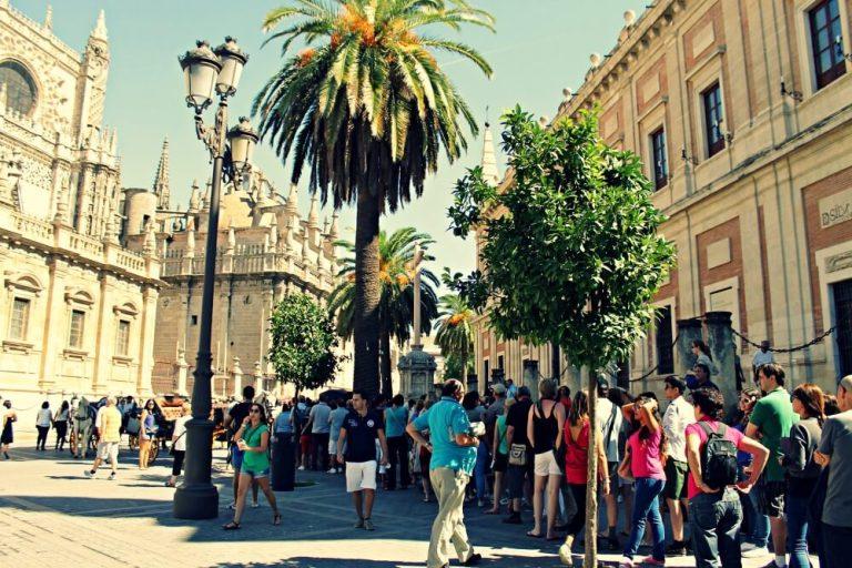 Cola para visitar la catedral de Sevilla