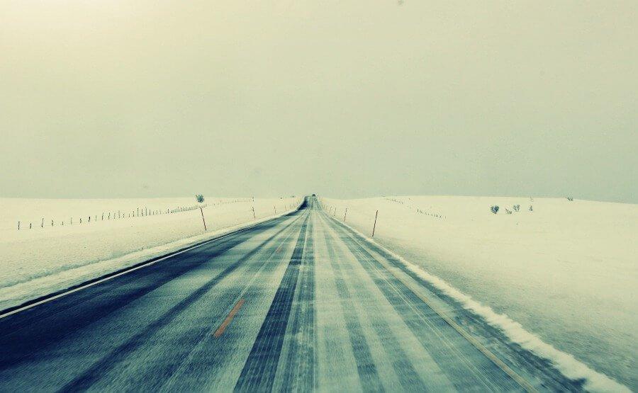 Conducir por carretera nevada en Noruega en invierno