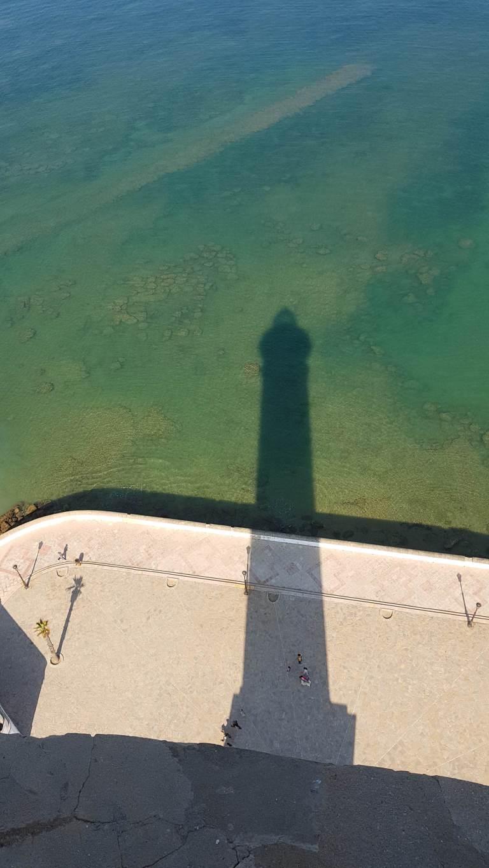El faro de Chipiona tiene la sombra alargada