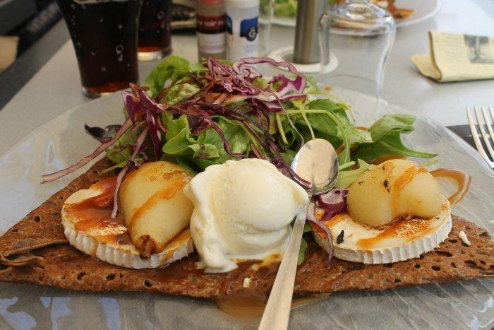 Galette de queso de cabra, pera confitada, caramelo beurre sucré y helado de queso de cabra
