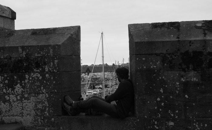 Mirando los barcos en Saint-Malo