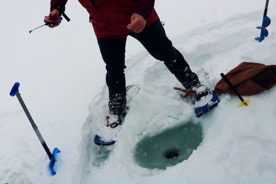 Pesca en hielo en un lago del norte de Noruega