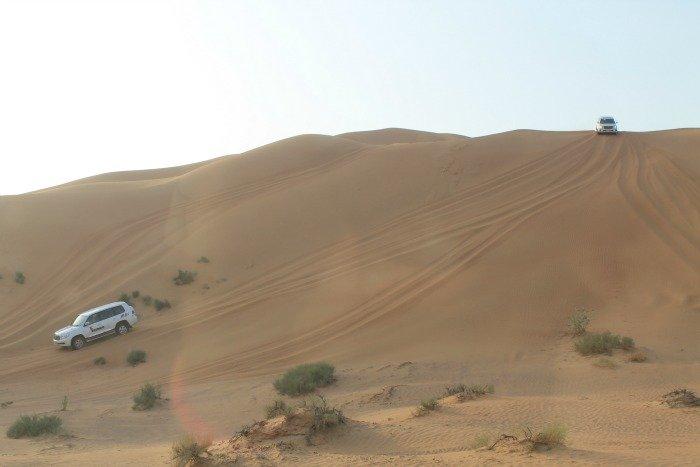 Bajando las dunas del desierto - Excursión del desierto de Dubái