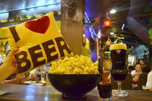 Beer Republic con cerveza y palomitas