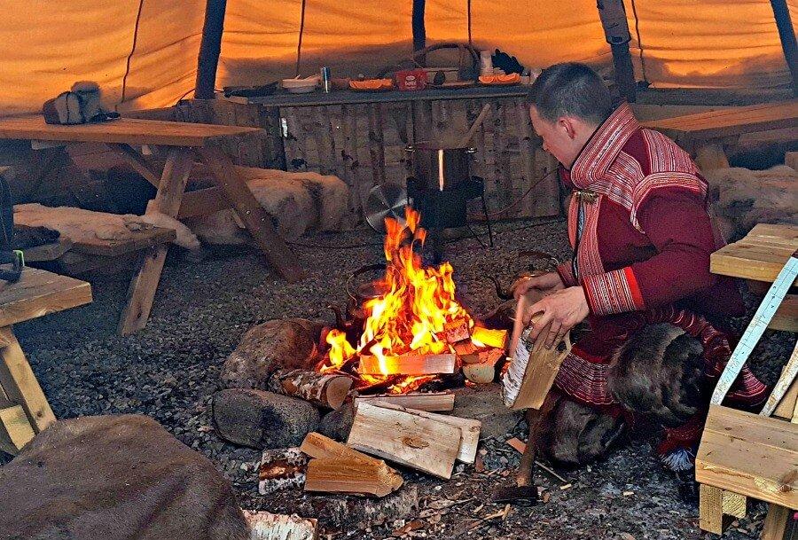 Haciendo fuego dentro del lavvu - Samis en Noruega