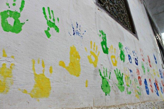 Manos de la suerte pintadas en la pared