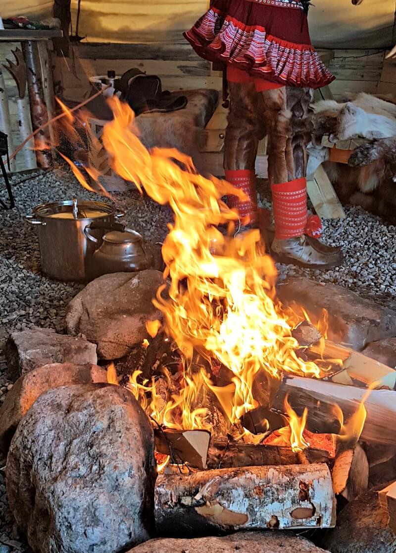 Preparando café en el lavvu Sami de Kautokeino en Noruega