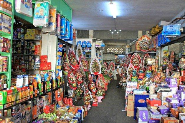 Tiendas y flores en el mercado