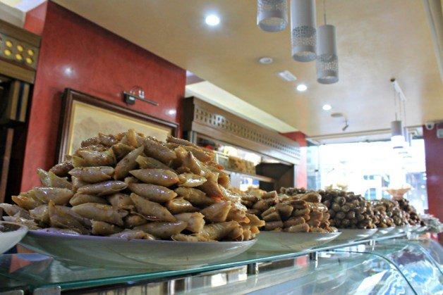 Vitrinas de dulces en la pastelería Rahmouni