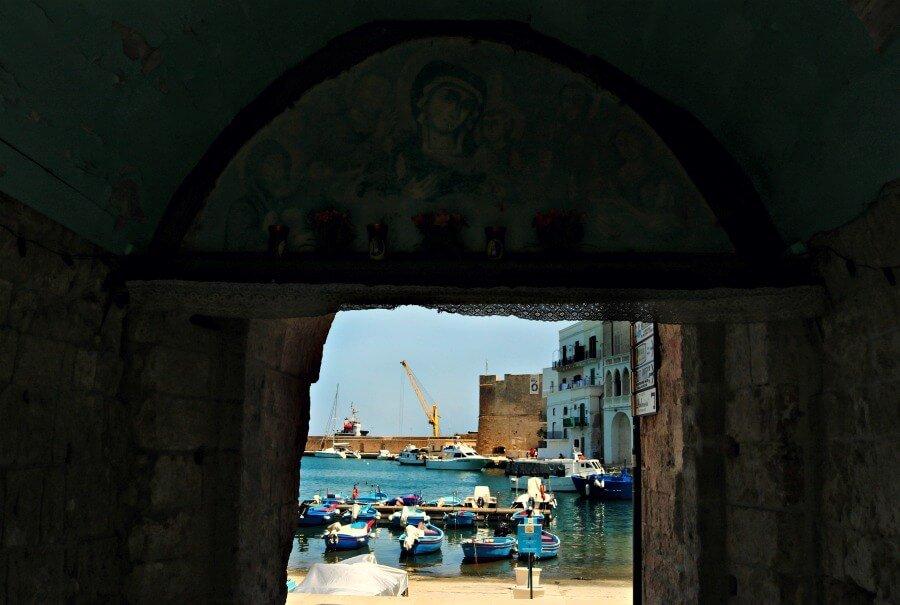 Arcos en Monopoli que dan al puerto - Qué ver en Puglia