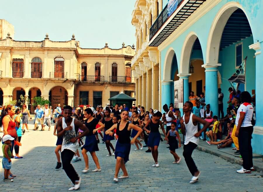 Bailando salsa cubana en la Plaza Vieja de La Habana