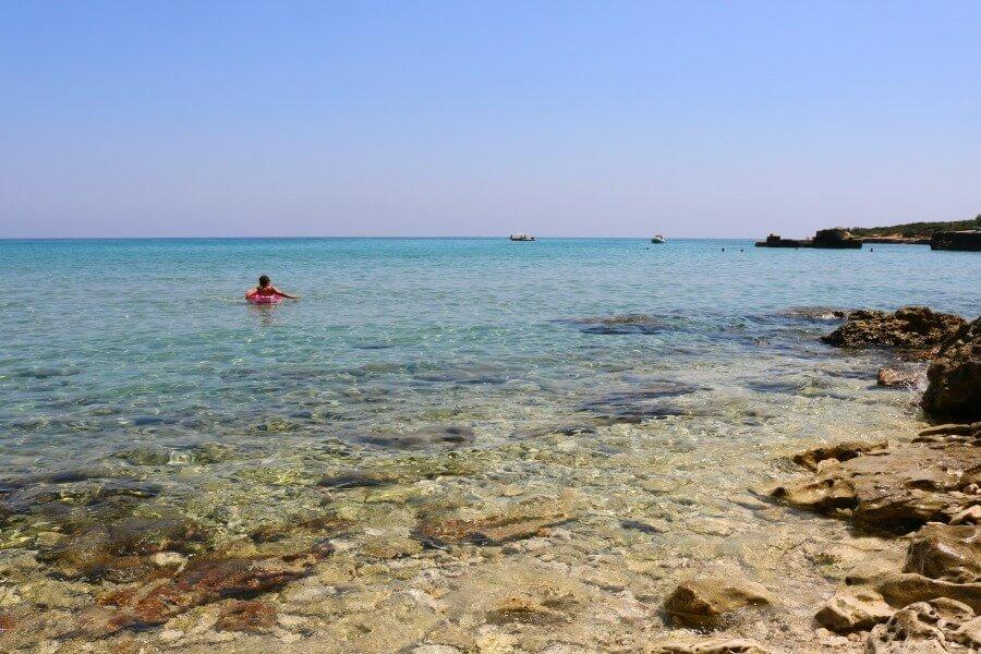 Claudia disfrutando de su playa privada en Puglia la Baia dei Turchi