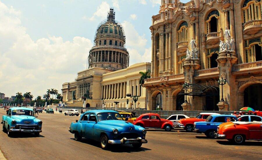 Coches clásicos en el Capitolio de La Habana
