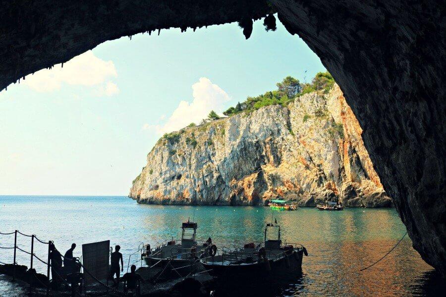 Explorando la Grotta della Zinzulusa en Castro, ruta en coche por Puglia
