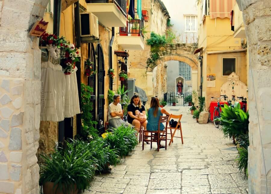 Familia en la puerta de su casa en Bari