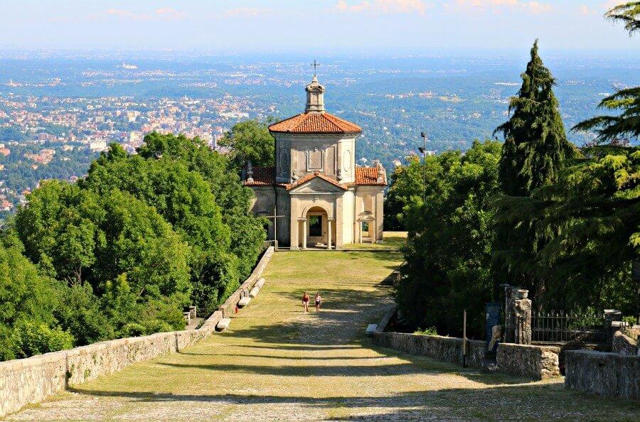 Suelo con adoquines de piedra en el Sacro Monte di Varese