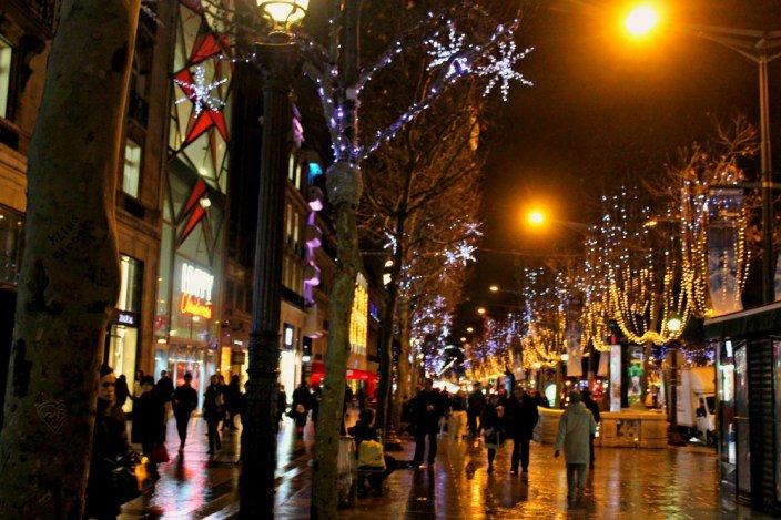 Calles iluminadas de navidad en París