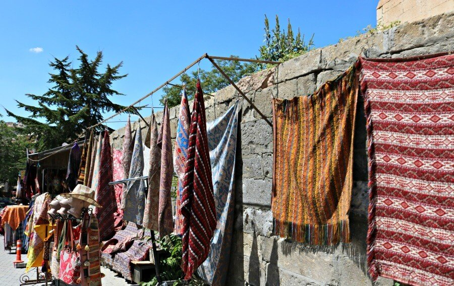 Coloridas alfombras de la Cappadocia en Mustafapasa