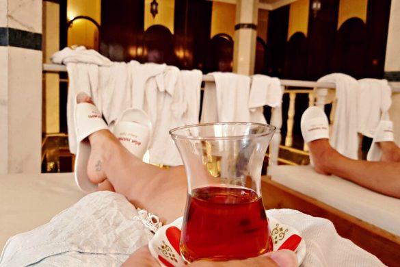 Ir a un hammam en Estambul - Bebiendo mi té de manzana