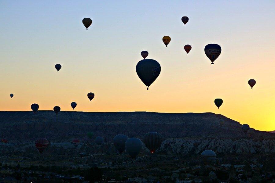 Montar en globo al amanecer, una actividad imprescindible que hacer en Capadocia