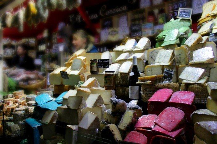 Quesos de colores en el mercadillo parisino