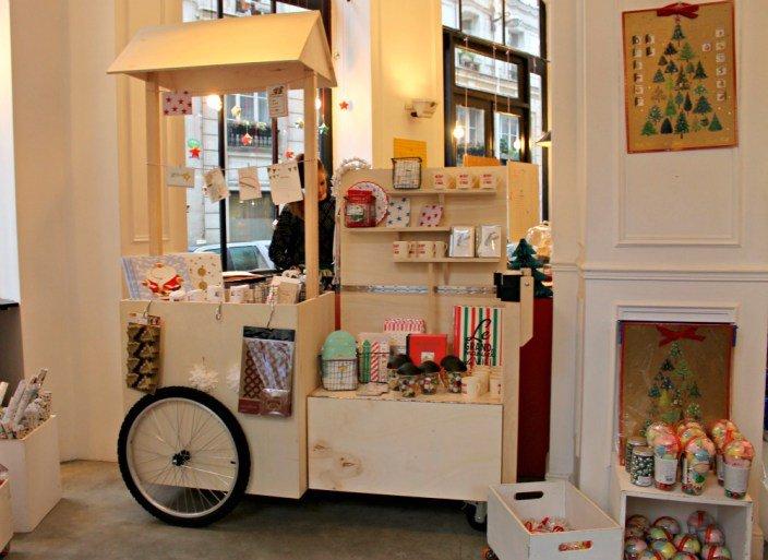 Tienda con decoración navideña en París