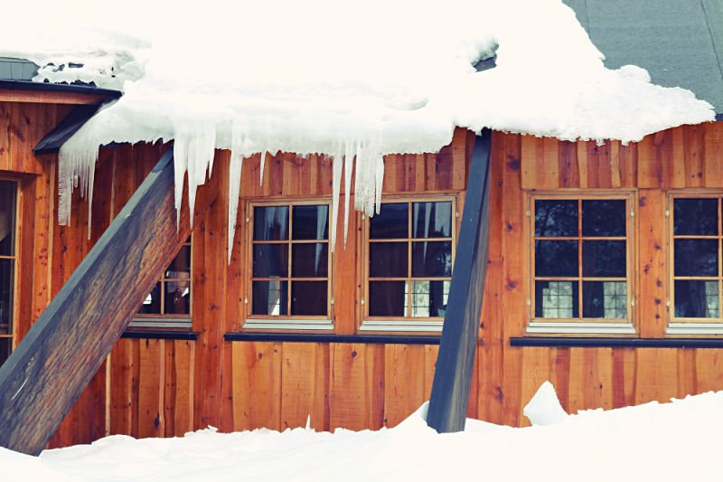 Cabaña de madera de la recepción del hotel de hielo