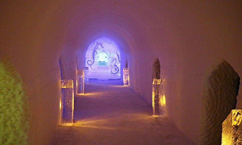 Pasillo del hotel de hielo de Alta