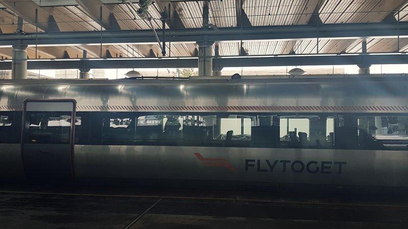 Tren para ir del aeropuerto al centro de Oslo
