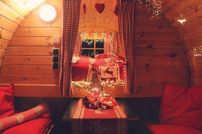 Cabaña de madera en un tónel para ir de camping
