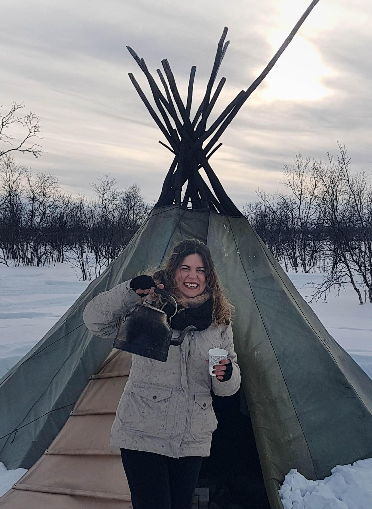 Claudia de acampada en la nieve
