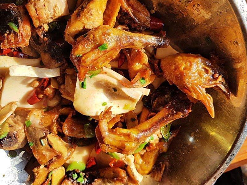 Cabeza y garras de pollo en China