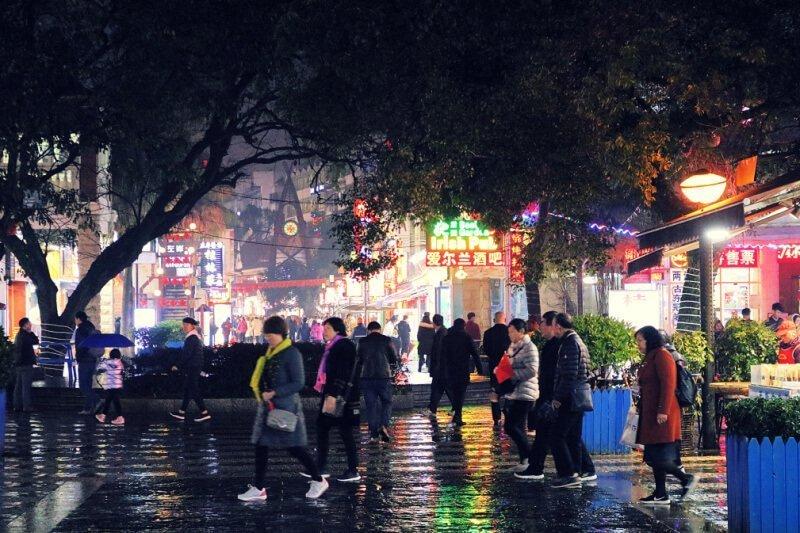 Calle peatonal con tiendas en Guilin