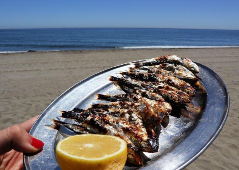 Comer espetos es algo imprescindible que hacer en Estepona