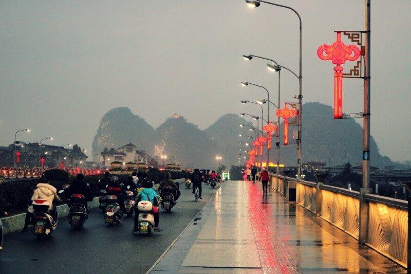 La ciudad china de Guilin al anochecer