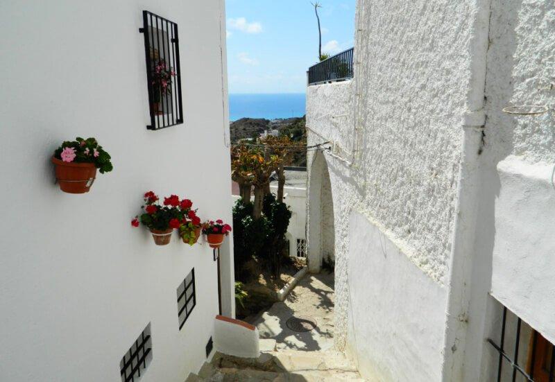 Mujeres, mojitos, Mojácar, uno de los pueblos más animados de Almería