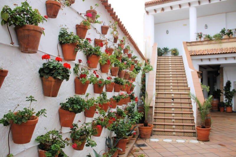 Un patio lleno de flores en Padules, de los pueblos más bonitos de Almería