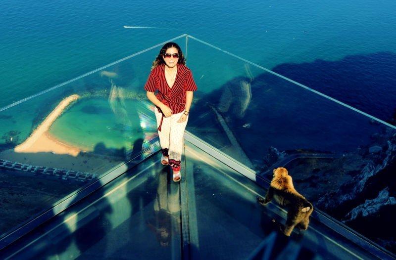 Claudia en el Skywalk - Qué ver en Gibraltar