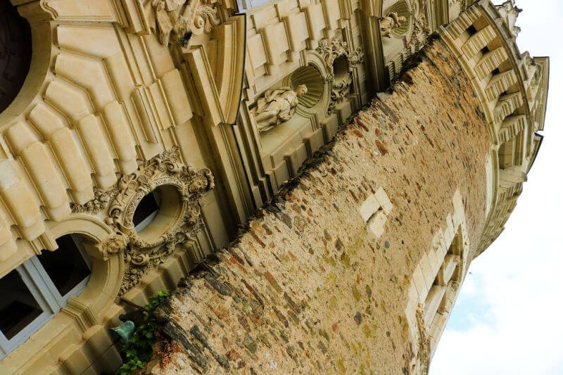 Fachada renacentista entre torres medievales