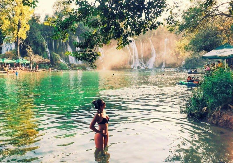 Baño refrescante en las Cataratas de Kravica