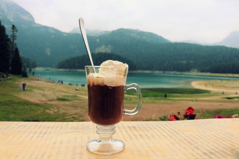 Chocolate caliente en el Lago Negro de Montenegro en el Parque Durmitor