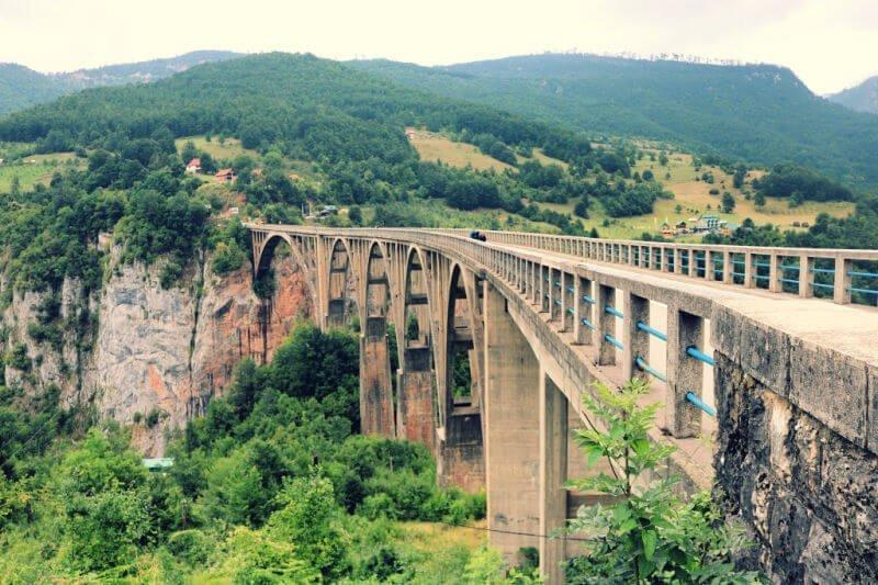 Puente del río Tara en Montenegro
