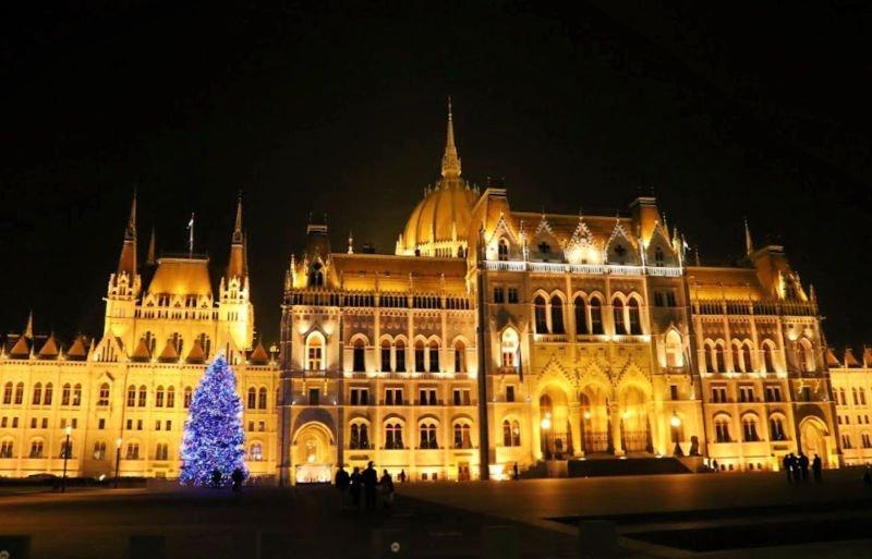El Parlamento de Budapest en Navidad