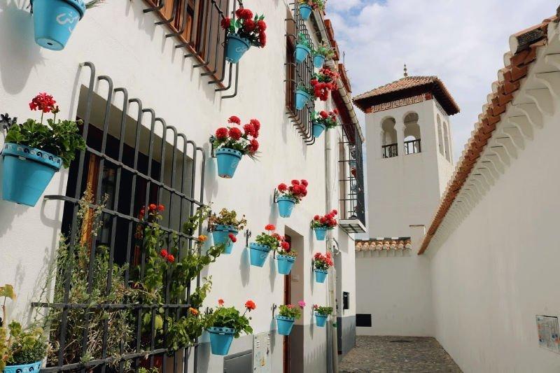 Flores en el barrio del Albaicín