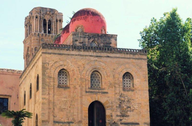 Las cúpulas rosas de la Iglesia de San Cataldo