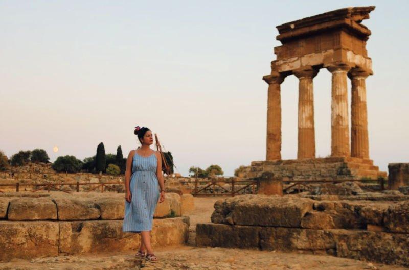 Claudia paseando por el Valle de los Templos de Agrigento