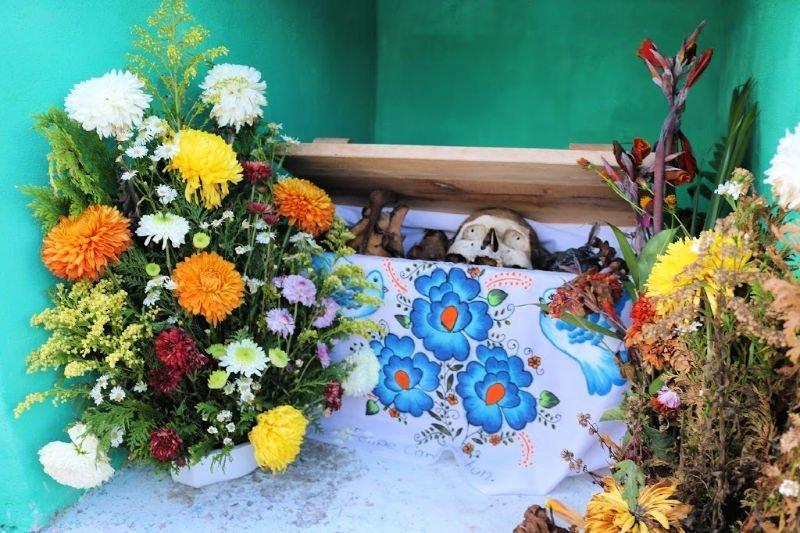 Cráneo con flores en el Cementerio de Pomuch