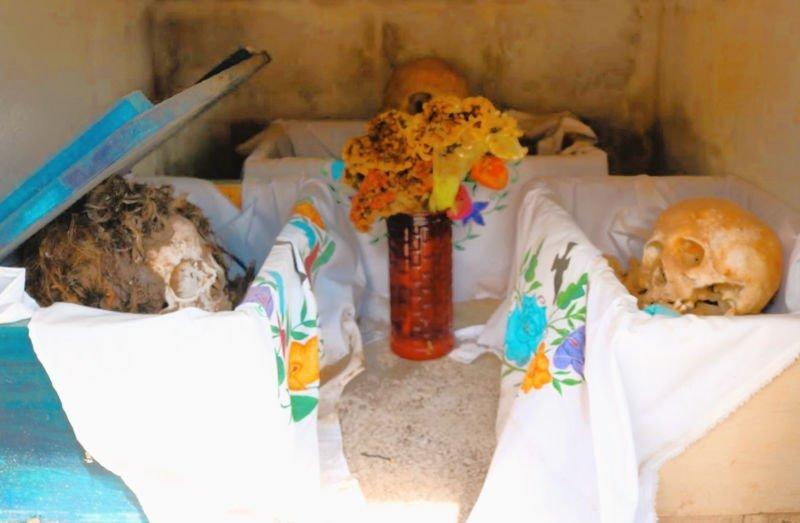 Cráneos con pelo en el Cementerio de Pomuch