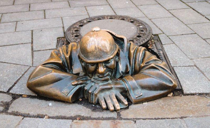 Las esculturas eslovacas en el suelo