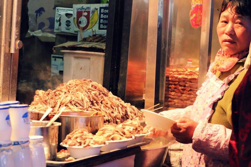 Comer en puestos callejeros en China